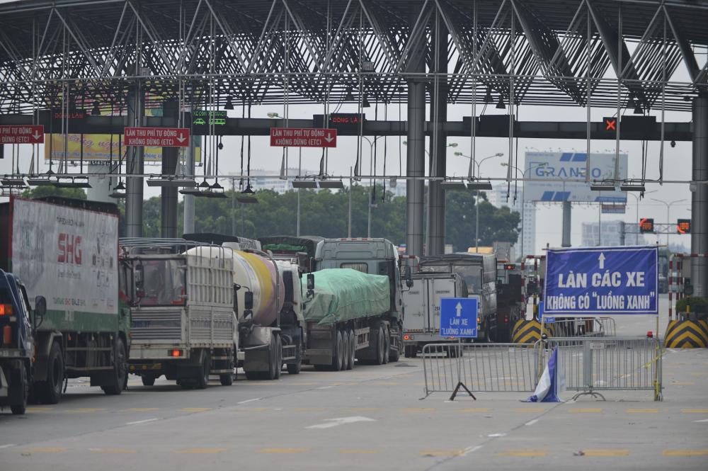 Theo quan sát, tại chiều vào Hà Nội, lực lượng chức năng mở 3 làn kiểm soát để qua trạm thu phí, trong đó một làn dành cho xe luồng xanh vận tải do thanh tra giao thông phụ trách; làn còn lại dành cho các phương tiện khác do CSGT kiểm tra.