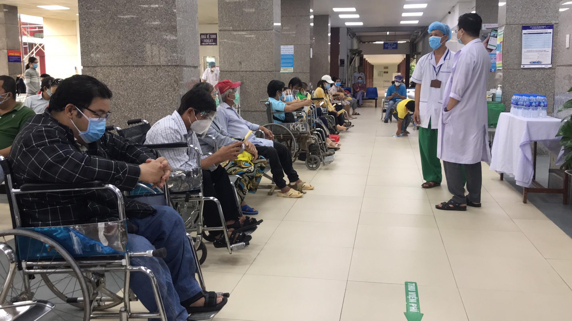 Hơn 160 người khuyết tật được theo dõi sức khỏe sau khi tiêm vắc xin