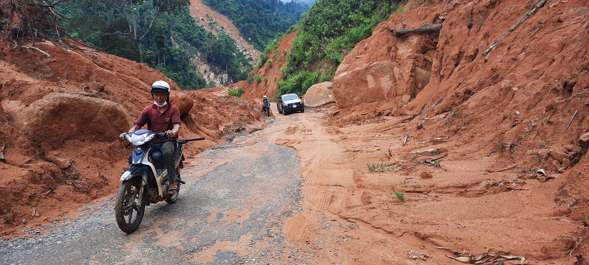 Đoạn đường từ xã Phước Công đi sang xã Phước Lộc có những đoạn tiềm ẩn nguy cơ sạt lở rất cao khi chân núi đã bị đứt gãy, chỉ cần mưa lớn là đổ ập xuống