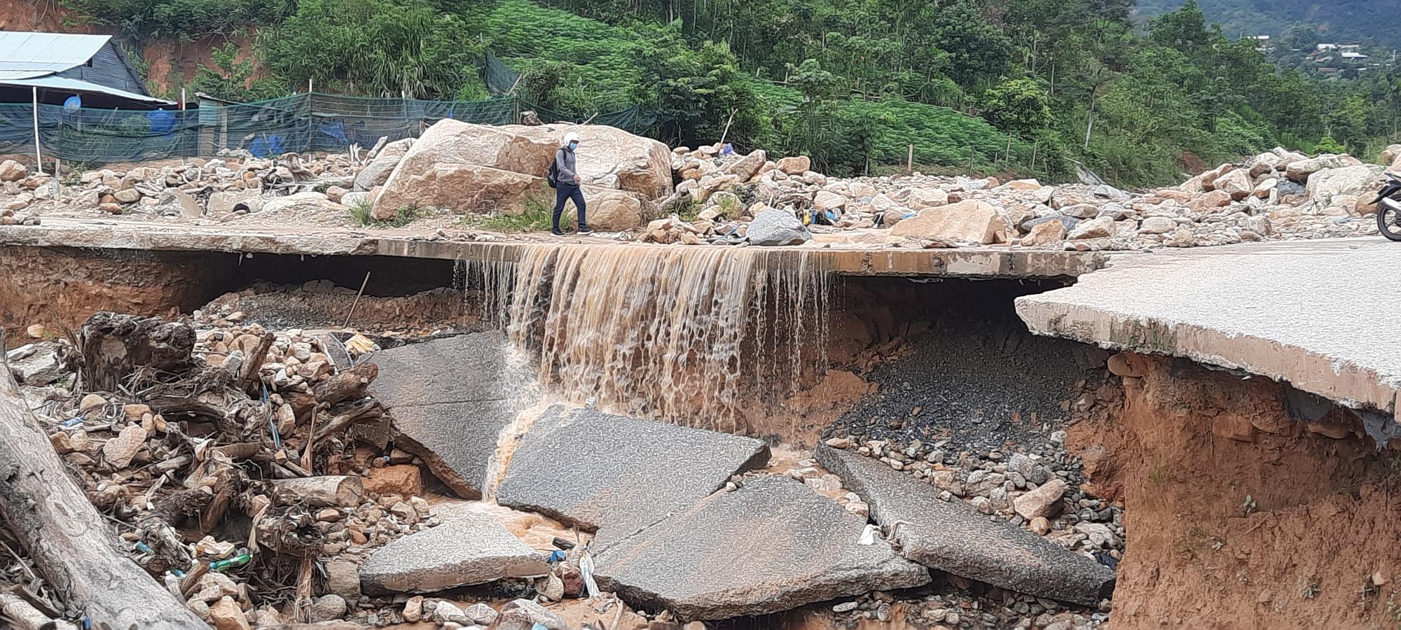 Lũ lụt năm 2020 đã cuốn phăng mọi thứ trên đường đi của nó. Trong ảnh là một đoạn đường bị hư hỏng nặng ở đoạn từ xã Phước Thành qua xã Phước Lộc
