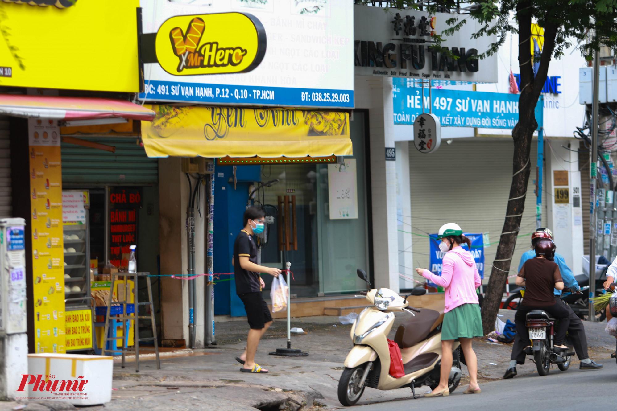 Trên đường Sư Vạn Hạnh, môt cửa hàng bánh mì tươi đã hoạt động lại