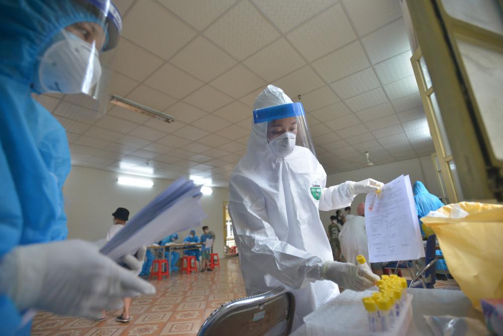 Bộ Y tế đề xuất tăng cường các chế độ hỗ trợ nhân viên y tế, lực lượng chống dịch COVID-19