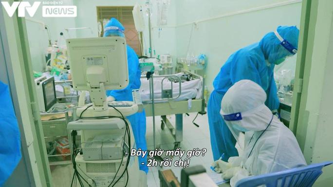 Trắng đêm chăm người bệnh ở khu K1 - Bệnh viện Hùng Vương (ảnh: VTV News)