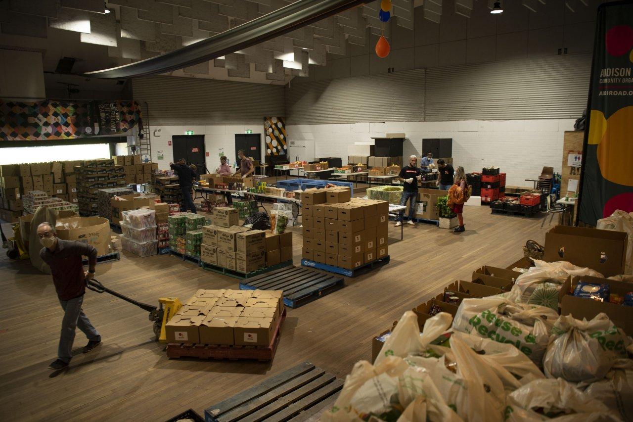 Đội ngũ tình nguyện viên của tổ chức Addi Road đang đóng gói thức ăn để tặng cho người nghèo - Ảnh: Saturday Paper
