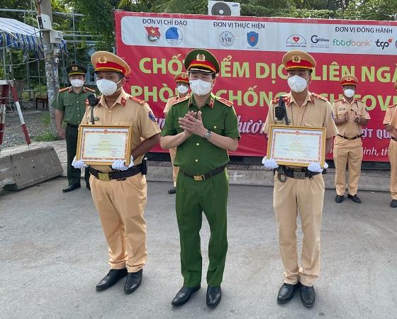 Bộ Công an trao bằng khen cho đại úy Hoàng Anh và thượng úy Quốc Thái.