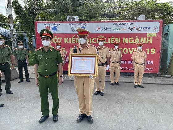 Đại úy Hoàng Thành Luân nhận bằng khen của Thủ tướng Chính phủ.