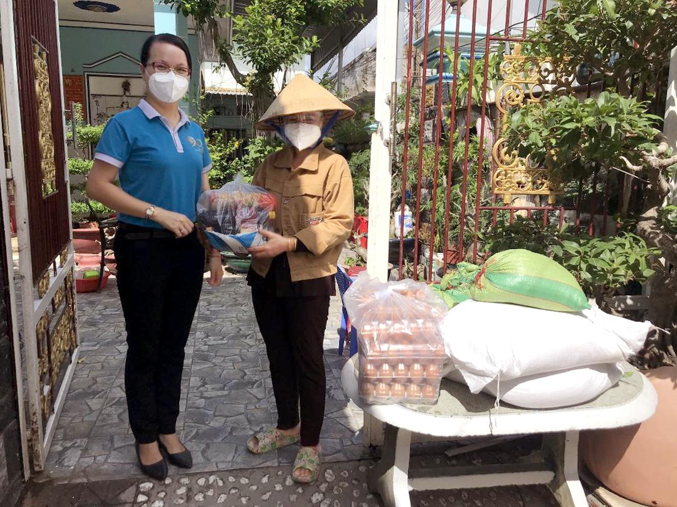 Hội LHPN H.Nhà Bè trao quà cho người thuê trọ khó khăn