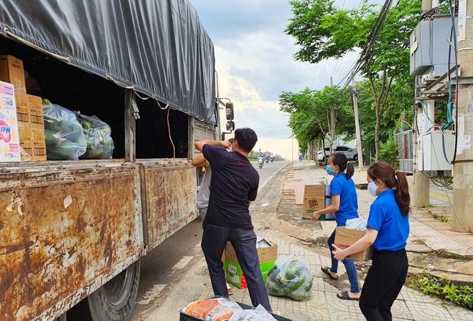 Trước đó, nhiều tổ chức, đơn vị của tỉnh Bình Phước vẫn duy trì nhiều chuyến xe nghĩa tình tiếp ứng TPHCM và các tỉnh thành phía Nam chống dịch.