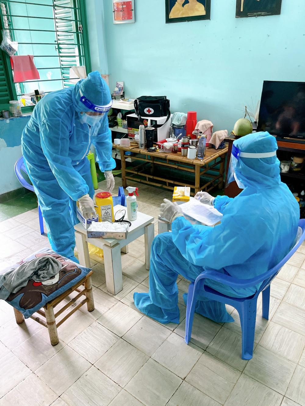 Nhiều y bác sĩ đã về hưu trở lại tham gia hỗ trợ lực lượng y tế ở cơ sở, nhiều địa phương triển khai đội hình y tế lưu động xuống tận nhà chăm sóc người bệnh.