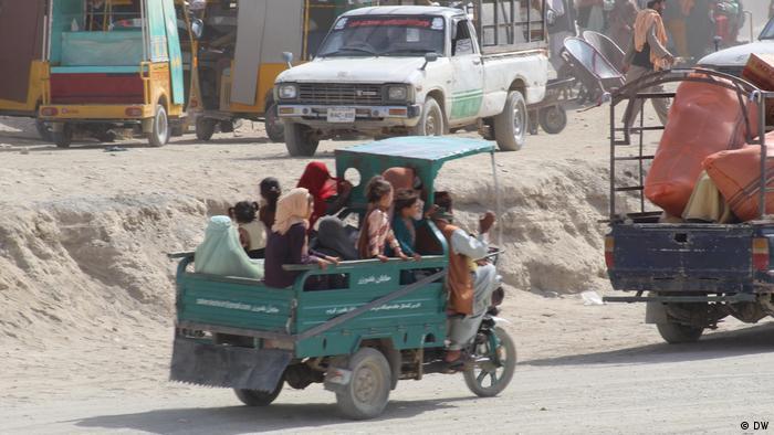 Nhiều gia đình Afghanistan đã phải chịu đựng hành trình gian khổ để thoát khỏi nanh vuốt của Taliban - Ảnh: DW