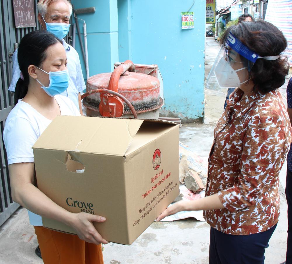 Chủ tịch Ủy ban MTTQ Việt Nam TPHCM Tô Thị Bích Châu trao quà hỗ trợ cho người dân ở trọ