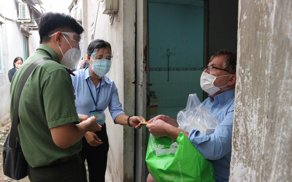 Hỗ trợ người nước ngoài gặp khó khăn vì ảnh hưởng bởi dịch bệnh.