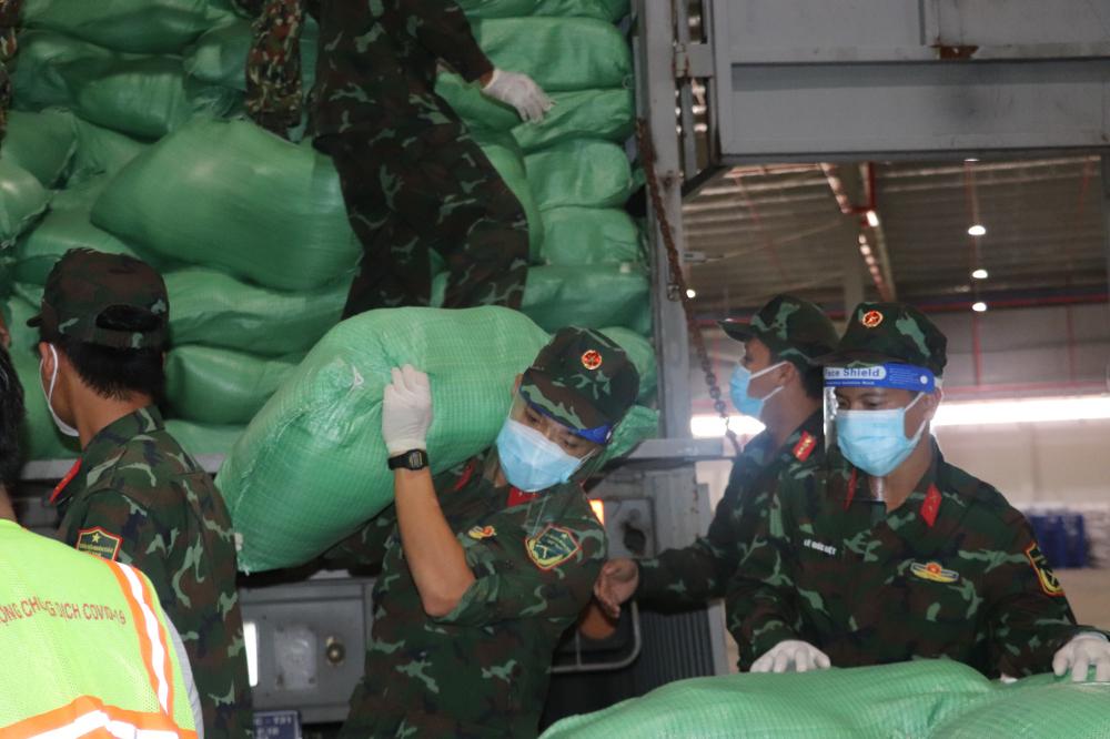 Các chiến sĩ lực lượng vũ trang luôn có mặt trên tuyến đầu chống dịch.