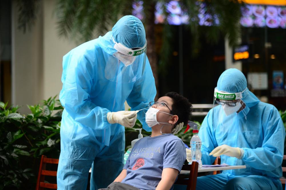 Lực lượng tình nguyện viên y tế được huy động lấy mẫu truy vết F0.