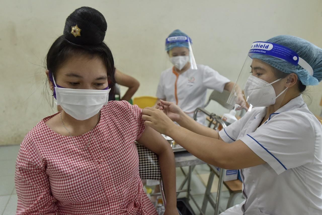 Chị Vàng Thị Mun (dân tộc Thái, Sơn La) chia sẻ: Tôi thấy vui khi được tiêm vắc xin đợt này. Toàn bộ chúng tôi được chủ đầu tư thông báo lịch tiêm nên hôm nay chỉ phải đến tiêm.