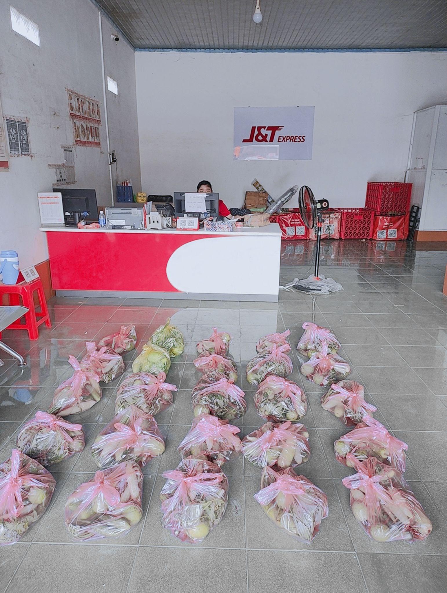 Bưu cục J&T Express Tây Ninh chia các suất quà, chuẩn bị giao đến cho người dân - Ảnh: J&T Express