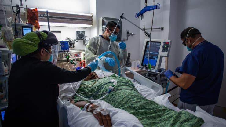 Các nhân viên y tế kiểm tra một bệnh nhân 45 tuổi chưa được tiêm chủng Covid-19  tại Trung tâm Y tế Providence Cedars-Sinai Tarzana ở Tarzana, California.