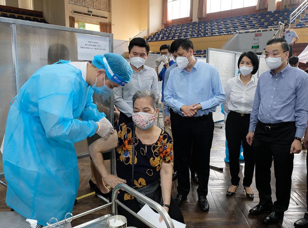 Bộ trưởng Nguyễn Thanh Long kiểm tra điểm tiêm ở nhà thi đấu Trịnh Hoài Đức, thăm hỏi những người tới tiêm.