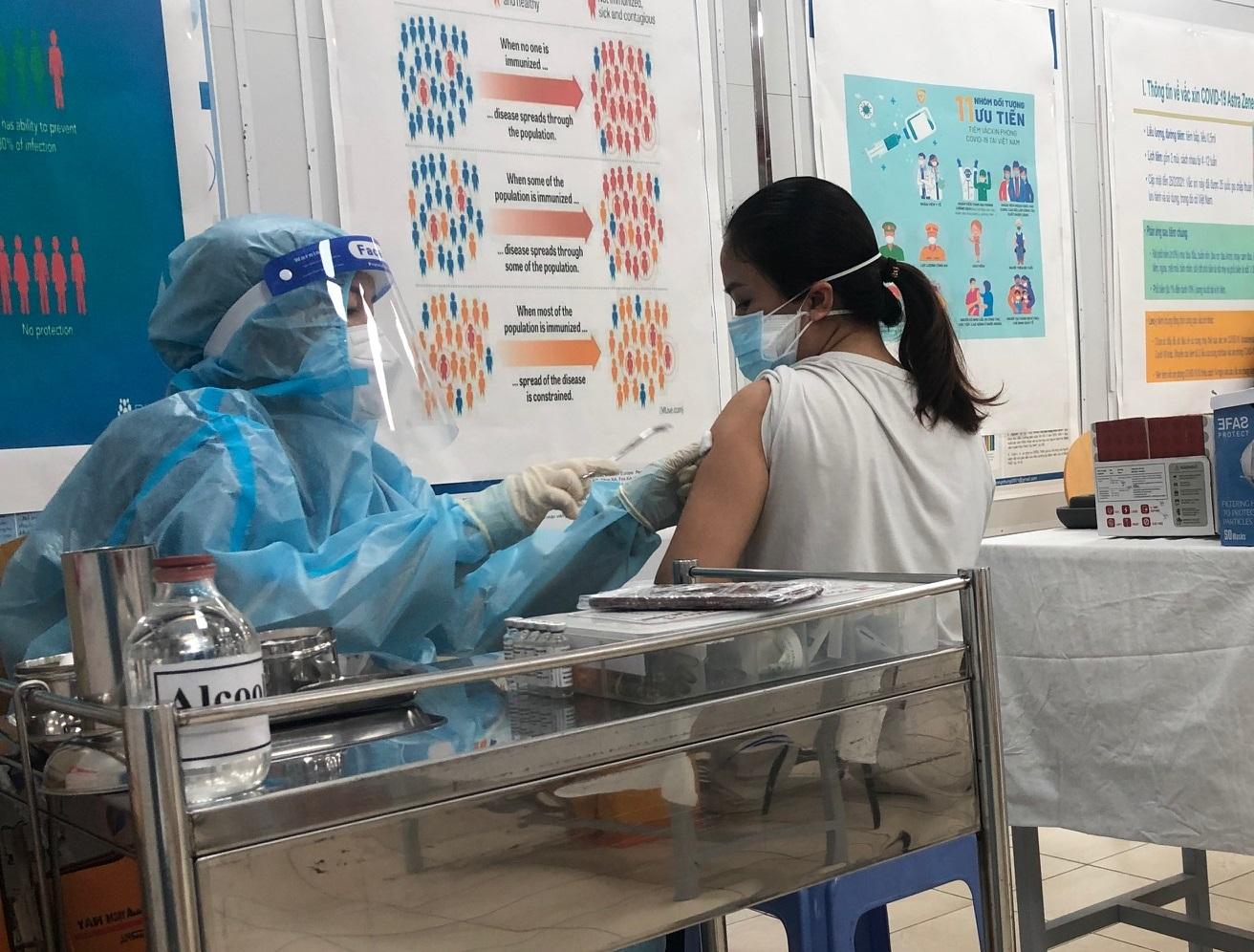Tiêm vắc-xin COVID-19 mũi 2 cho người dân tại Bệnh viện Nguyễn Tri Phương, TPHCM sáng 10/9
