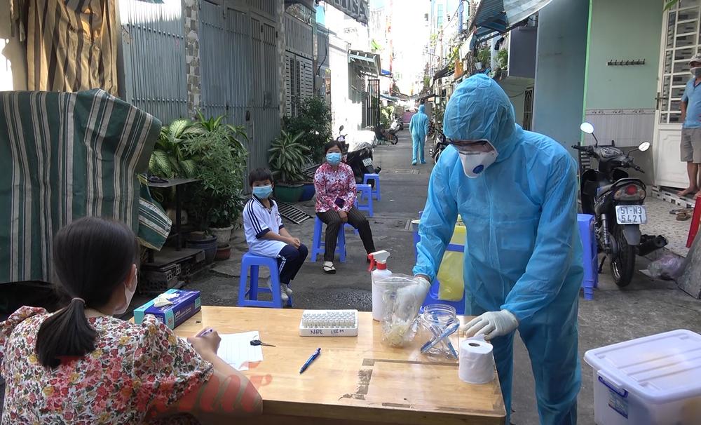 Nhân viên y tế chuẩn bị xét nghiệm cho người dân tại khu vực phong tỏa