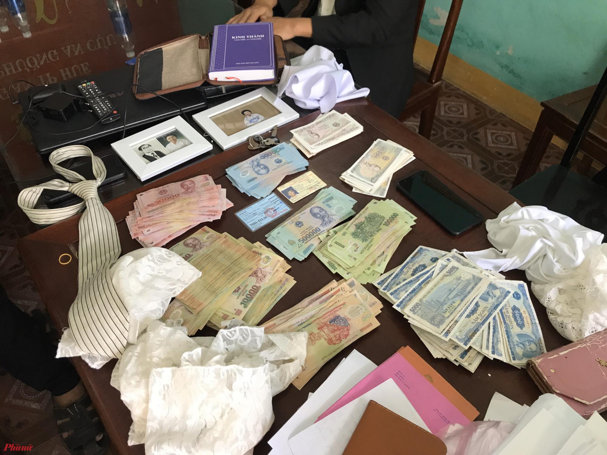khoảng 200 bì thư đựng tiền dâng lễ, số tiền hơn 66 triệu đồng
