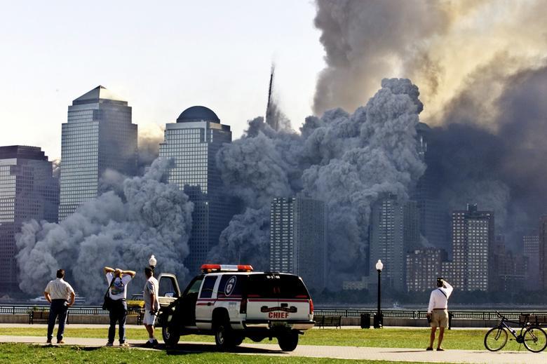 Tòa tháp còn lại của Trung tâm Thương mại Thế giới (Tháp Bắc) tan biến trong một đám mây bụi và mảnh vỡ khoảng nửa giờ sau khi tòa tháp đầu tiên (Tháp Nam) sụp đổ. (Ảnh: Reuters)