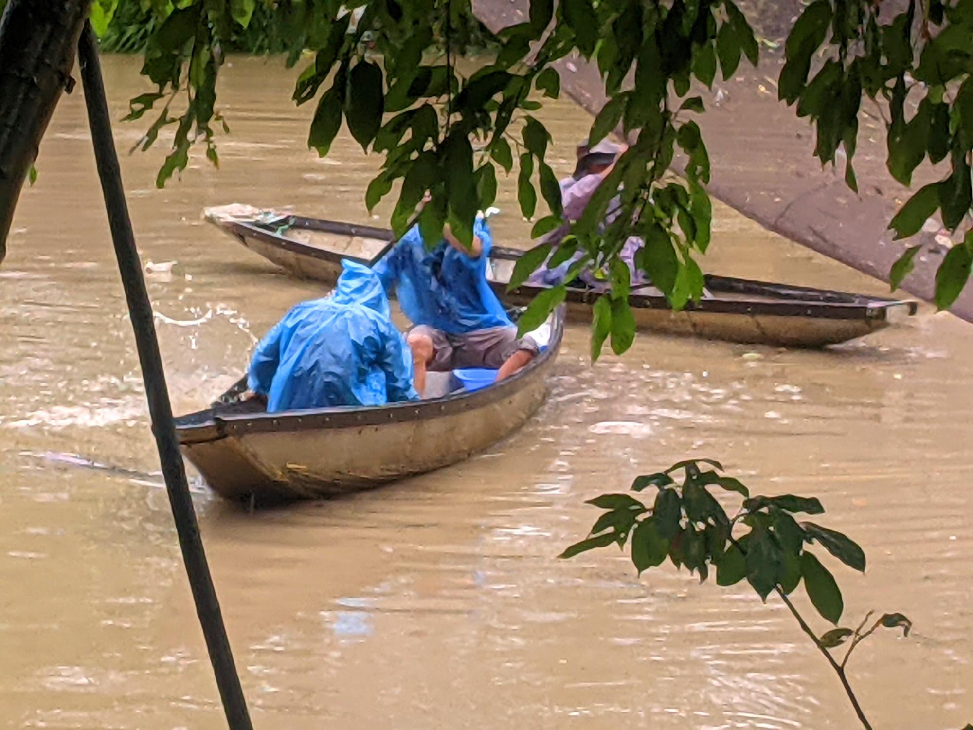 Nhiều khu vực vùng trũng ở xã Phong Bình huyện Phong Điền người dân đã dùng ghe đò để đi lại