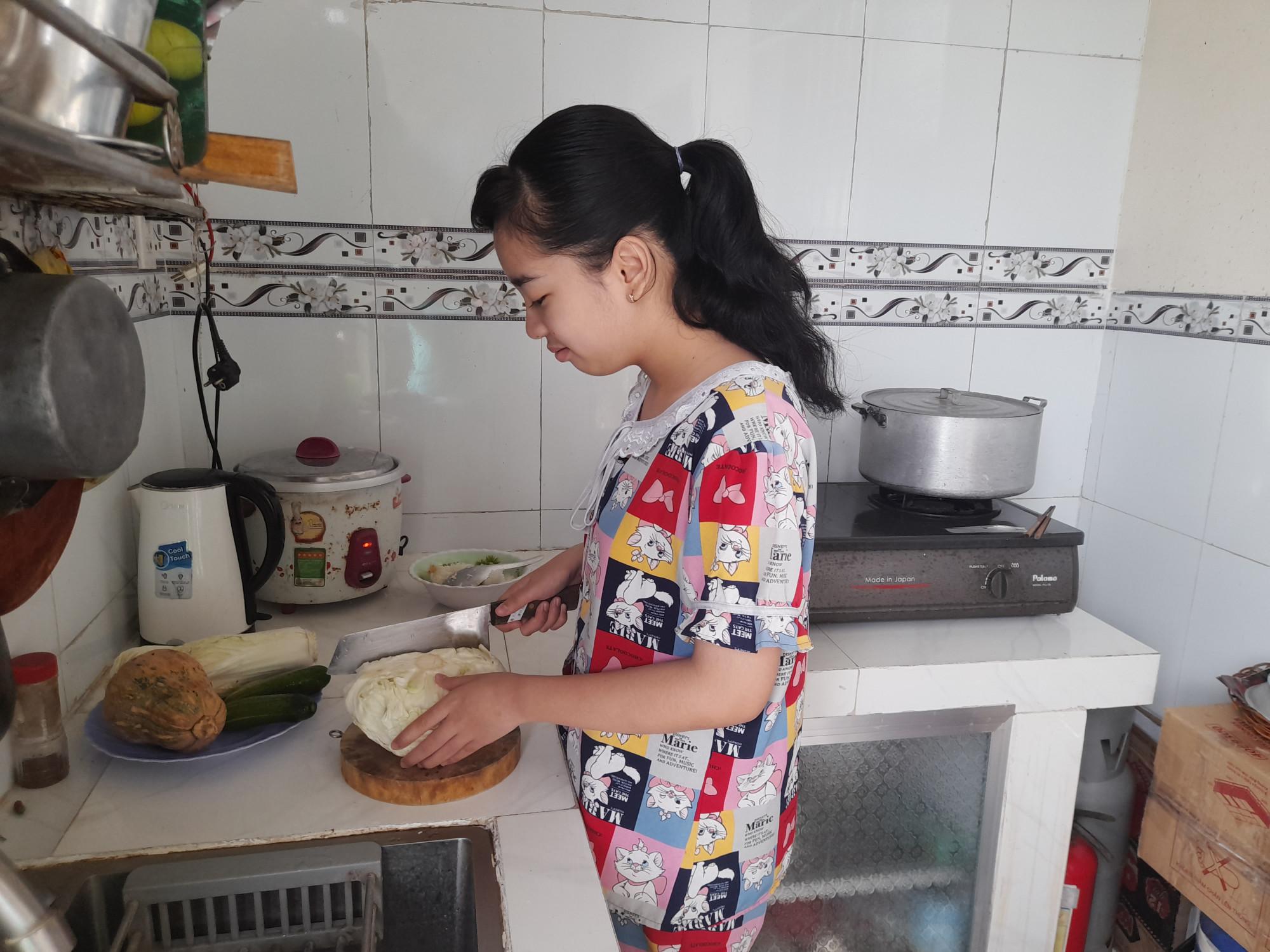Bé Na nay đã có hứng thú vào bếp nấu ăn.