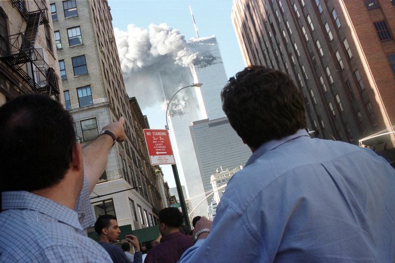 Người đi bộ phản ứng trước sự sụp đổ của Trung tâm Thương mại Thế giới