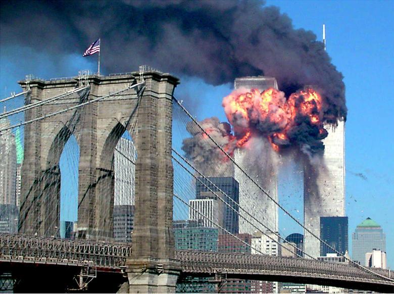 Tòa tháp thứ hai của Trung tâm Thương mại Thế giới bốc cháy sau khi bị một chiếc máy bay không tặc đâm vào, ngày 11/9/2001