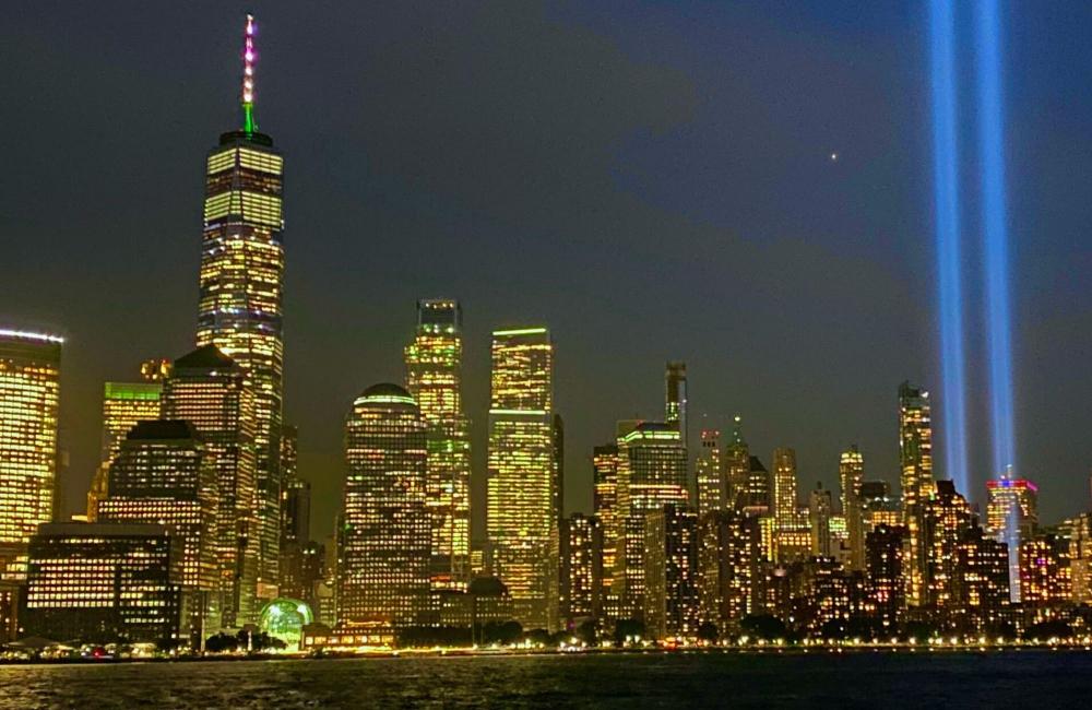 Tòa tháp đôi của Trung tâm Thương mại Thế giới được chụp ảnh vào ngày 1/3/2000 (ảnh trên - AP). Tại cùng vị trí, Trung tâm Thương mại Một Thế giới và các chùm sáng Tribute In Light nổi bật vào ngày 8/9/2021 (Ảnh: PIX11).