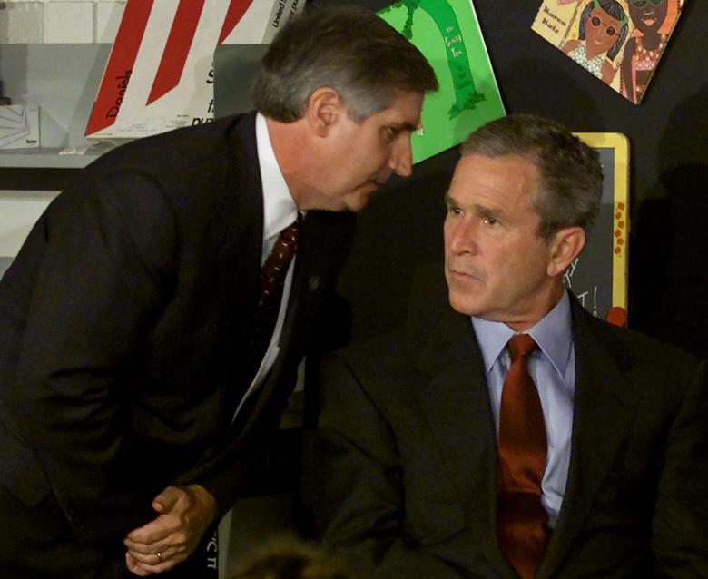 Tổng thống George W. Bush lắng nghe khi Chánh văn phòng Nhà Trắng Andrew Card thông báo về chiếc máy bay thứ hai đâm vào Trung tâm Thương mại Thế giới trong khi ông đang tổ chức một buổi hội thảo về đọc sách tại Trường Tiểu học Emma E. Booker ở Sarasota, bang Florida