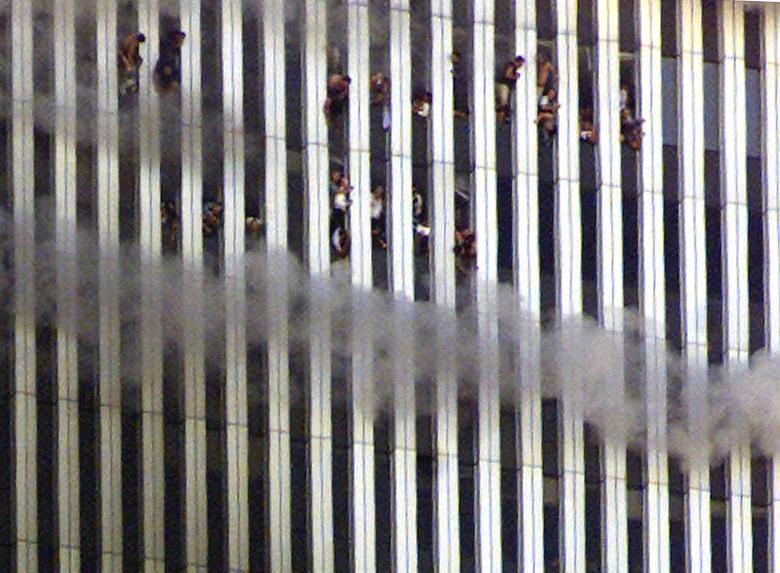 Mọi người nhìn về phía tòa tháp Bắc đang bốc cháy của Trung tâm Thương mại Thế giới