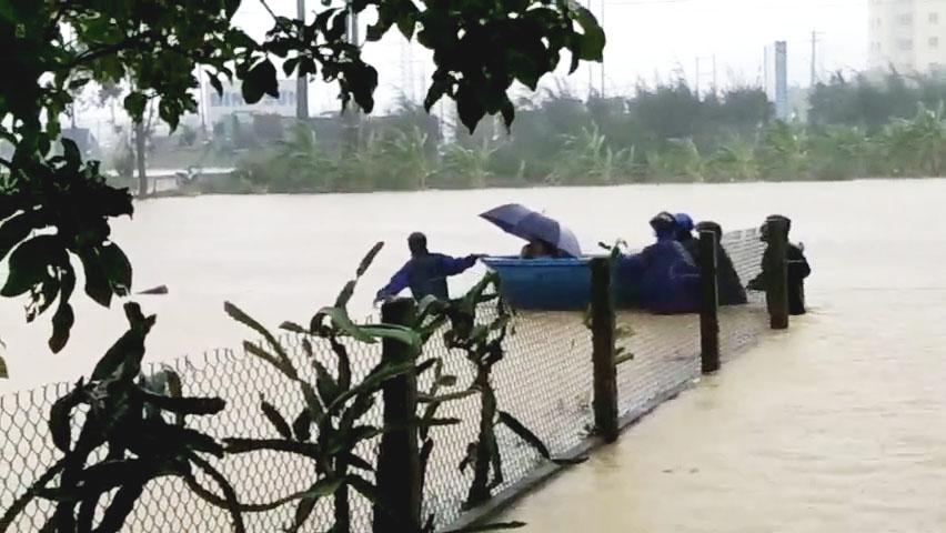 Người dân xã Bình Thuận, huyện Bình Sơn được di dời tránh bão số 5