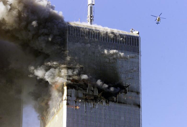 Chiếc trực thăng bay ngang qua Trung tâm Thương mại Thế giới sau khi một chiếc máy bay thương mại lao vào nó. (Ảnh: Reuters)