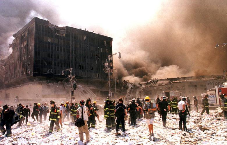 Lực lượng cứu hỏa Thành phố New York và các nhân viên cứu hộ khẩn cấp khác chiến đấu với đám cháy sau khi các tòa nhà của Trung tâm Thương mại Thế giới sụp đổ. (Ảnh: Reuters)