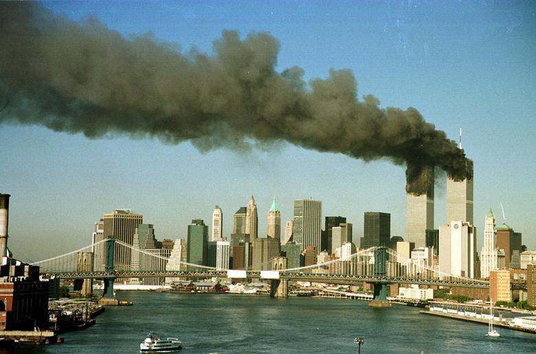 Các tòa tháp của Trung tâm Thương mại Thế giới bốc khói ngay sau khi bị không tặc tấn công bằng hai chiếc máy bay thương mại. (Ảnh: Reuters)