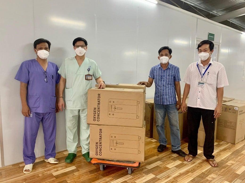 TS.BS Lưu Quang Thùy – Phó Giám đốc Trung tâm Hồi sức tích cực người bệnh COVID-19 của BV Việt-Đức đang trao tặng máy tạo oxy cho các đơn vị, cơ sở y tế tại TP Hồ Chí Minh