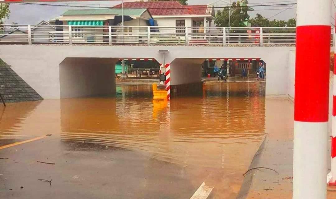 Khu vực cầu lòn đường Bùi Thị Xuân TP. Huế mưa lớn đã ngập nước