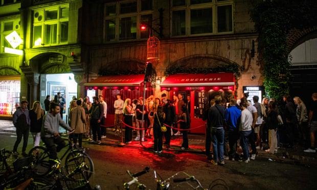 Những người bên ngoài một hộp đêm ở Copenhagen vào đêm Đan Mạch dỡ bỏ các hạn chế nhập cảnh Covid. Ảnh: Olafur Steinar Gestsson / Ritzau Scanpix / AFP / Getty Images