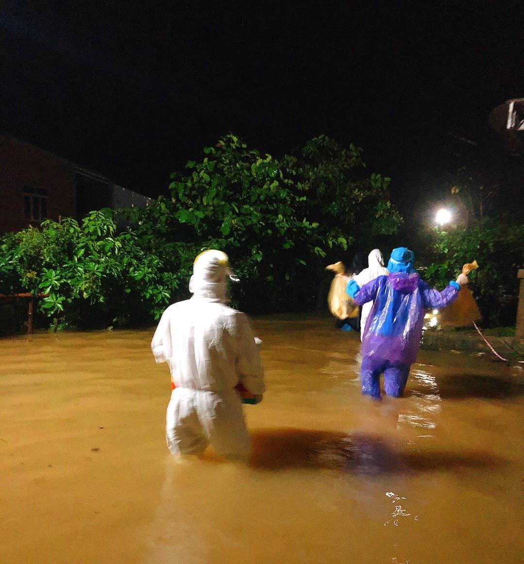 Trong tối 11/9 đội phản ứng phòng chống COVID-19 lội lụt qua xã Phong Hòa đi lấy mẫu các F1