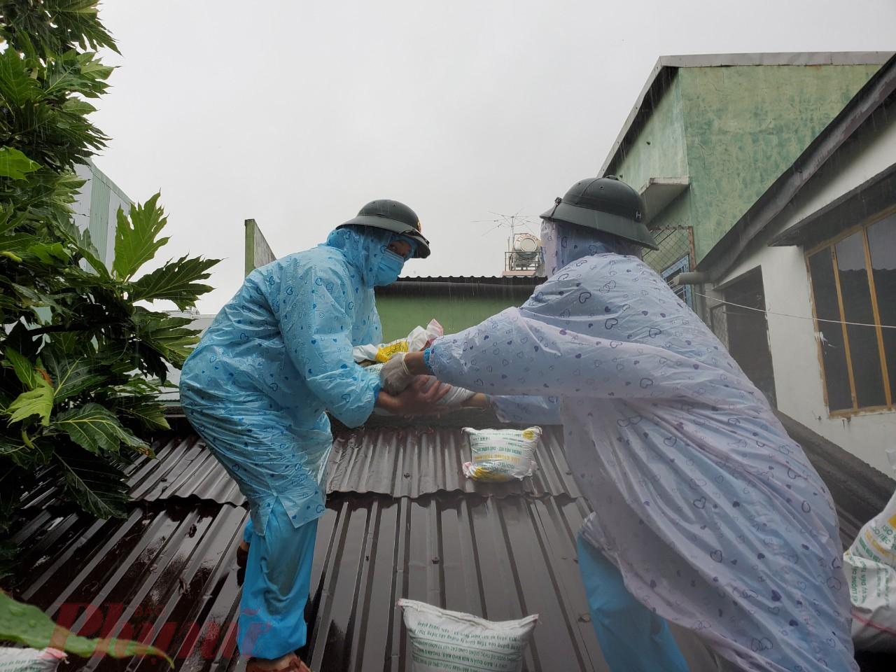 Lãnh đạo phường Tam Thuận (quận Thanh Khê) cho hay, trước bão số 5 địa phương chủ động phối hợp với bộ đội chằng chống nhà cửa, giúp người dân kiên cố vật dụng trong gia đình. Riêng với các gia đinh có F0, F1 đã đi cách ly hết, địa phương đến kiểm tra từng nhà chằng chống nếu cần. Khi đã kiểm đếm, địa phương sẽ phối hợp cùng các chiến sỹ của Trung đoàn 971 để giúp người dân chằng chống nhà cửa.