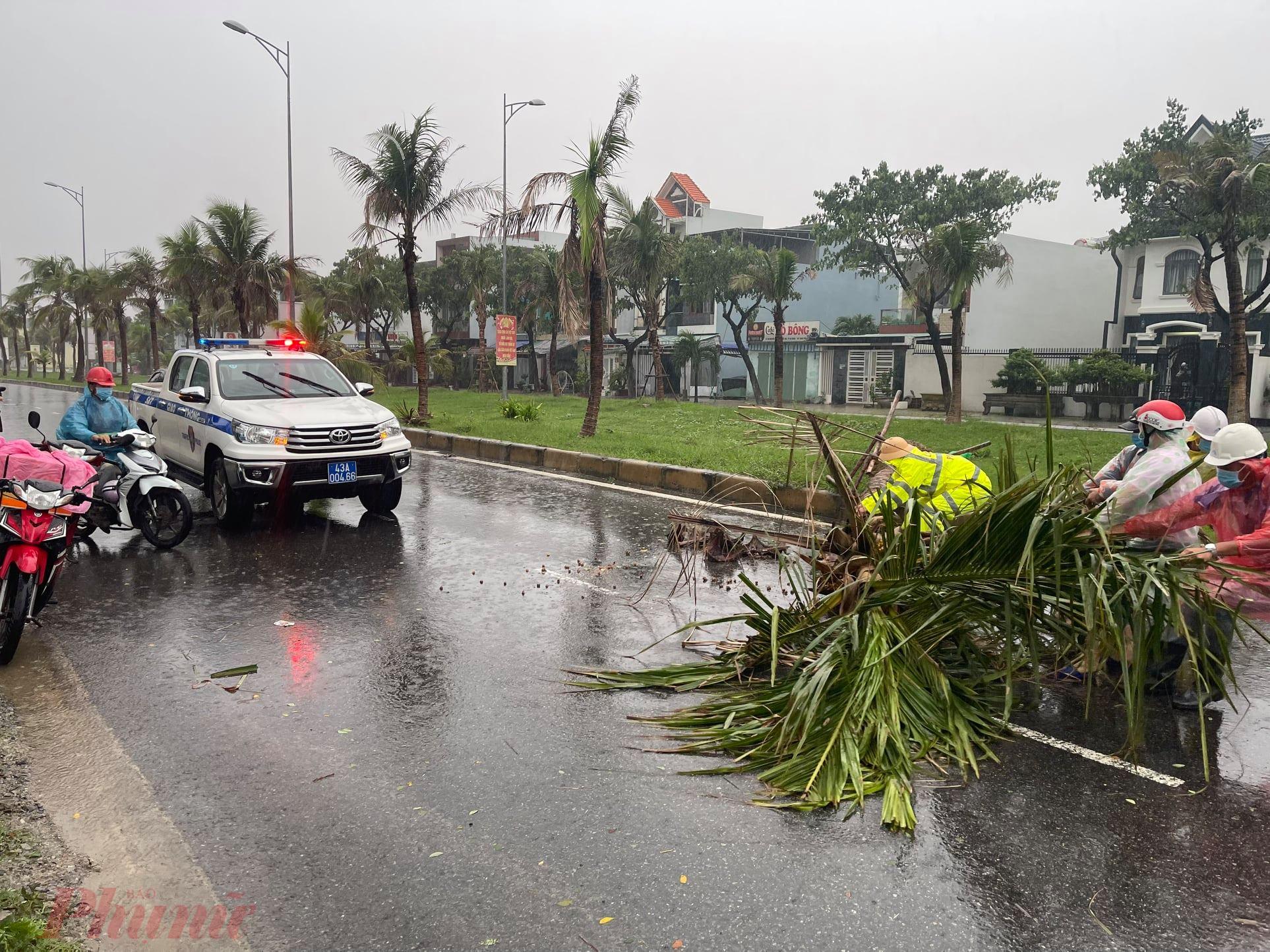 Trước, trong, sau bão sẽ tổ chức tuần tra, kiểm soát trên các tuyến đường, đồng thời chốt chặn khu vực có nguy cơ ngập sâu để ngăn không cho phương tiện qua lại gây nguy hiểm.