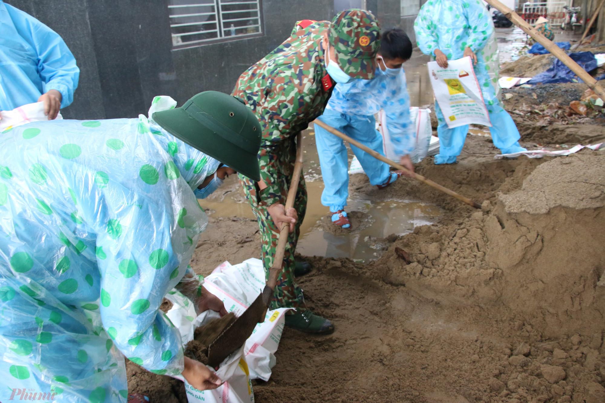 Lực lượng sẽ ưu tiên nhà có hoàn cảnh neo đơn, người già, phụ nữ và trẻ em để chằng chống bằng bao cát, cố định bằng dây thừng.