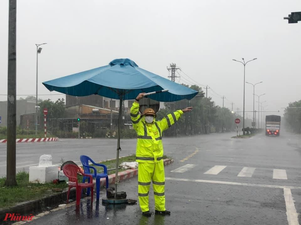 """""""Xác định làm việc trong điều kiện thời tiết này rất vất vả, nhọc nhằn song lực lượng sẽ nỗ lực để bảo đảm an toàn tính mạng, tài sản cho người dân; kết hợp thực hiện tốt công tác phòng, chống dịch"""", Thượng tá Lê Văn Lực chia sẻ."""