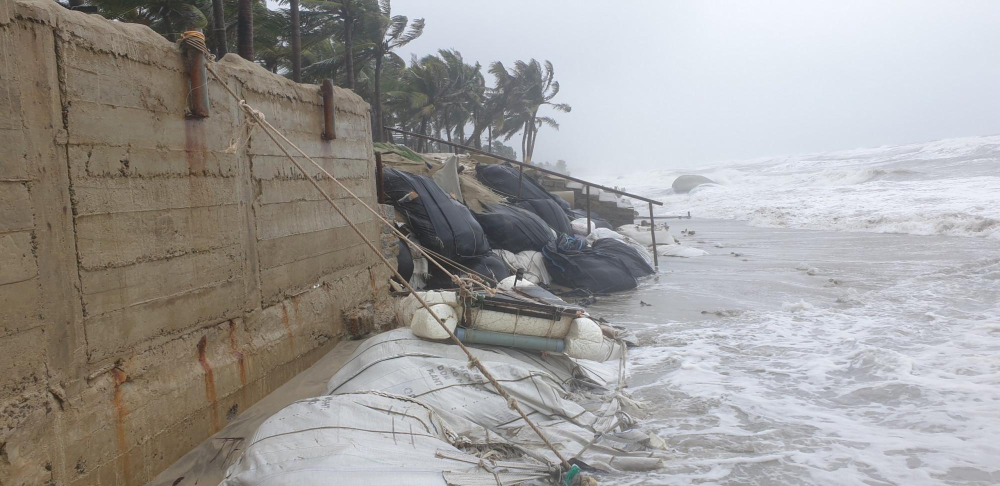 Theo ghi nhận, có hơn 100m kè được gia cố bằng bao cát, cọc tre tại bờ biển Cửa Đại đang bị uy hiếp, hư hỏng