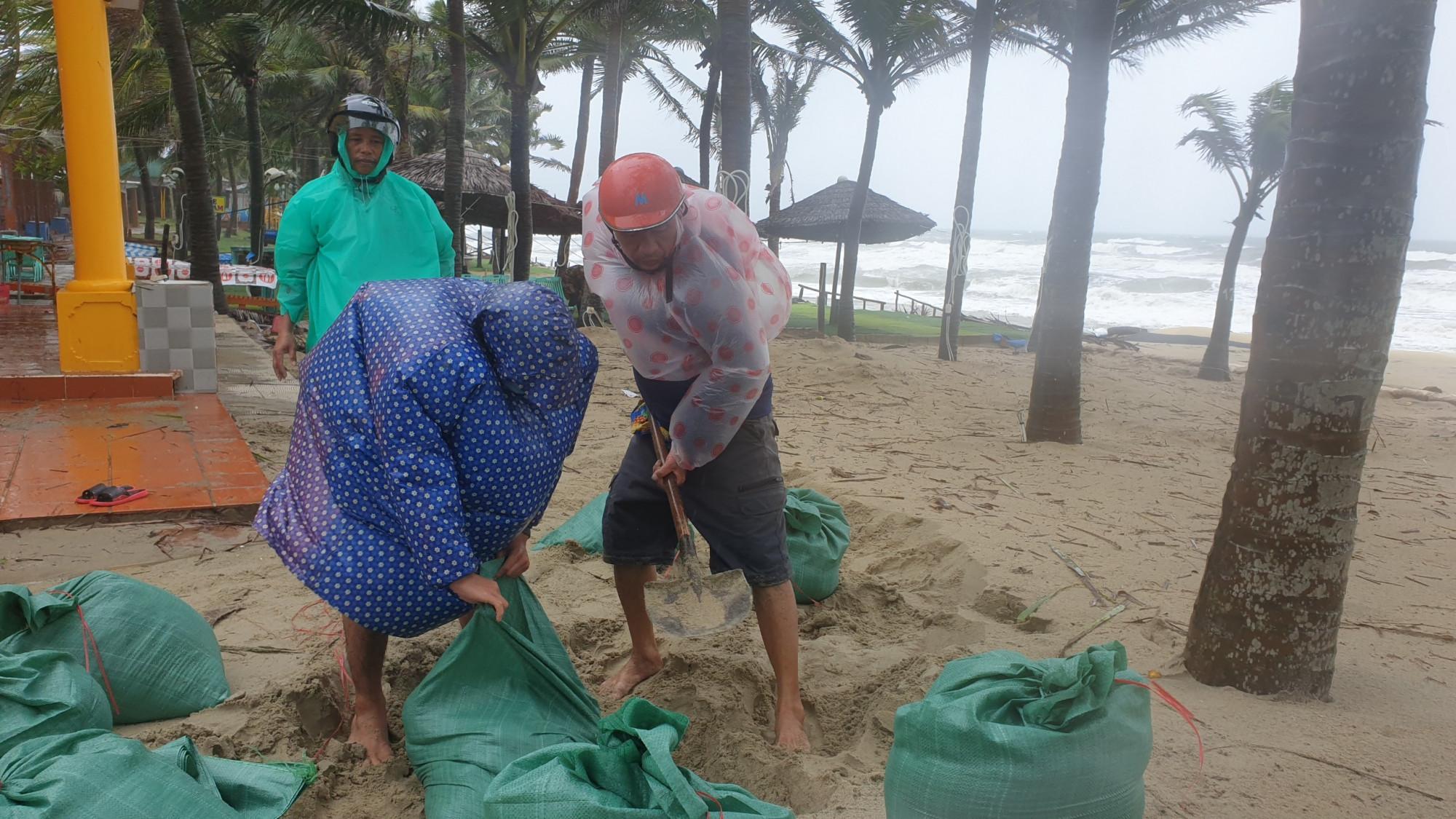 Nhận thấy tình hình có thể nghiêm trọng, người dân nơi đây đã cùng nhau dùng bao cát để gia cố tuyến đê chắn sóng