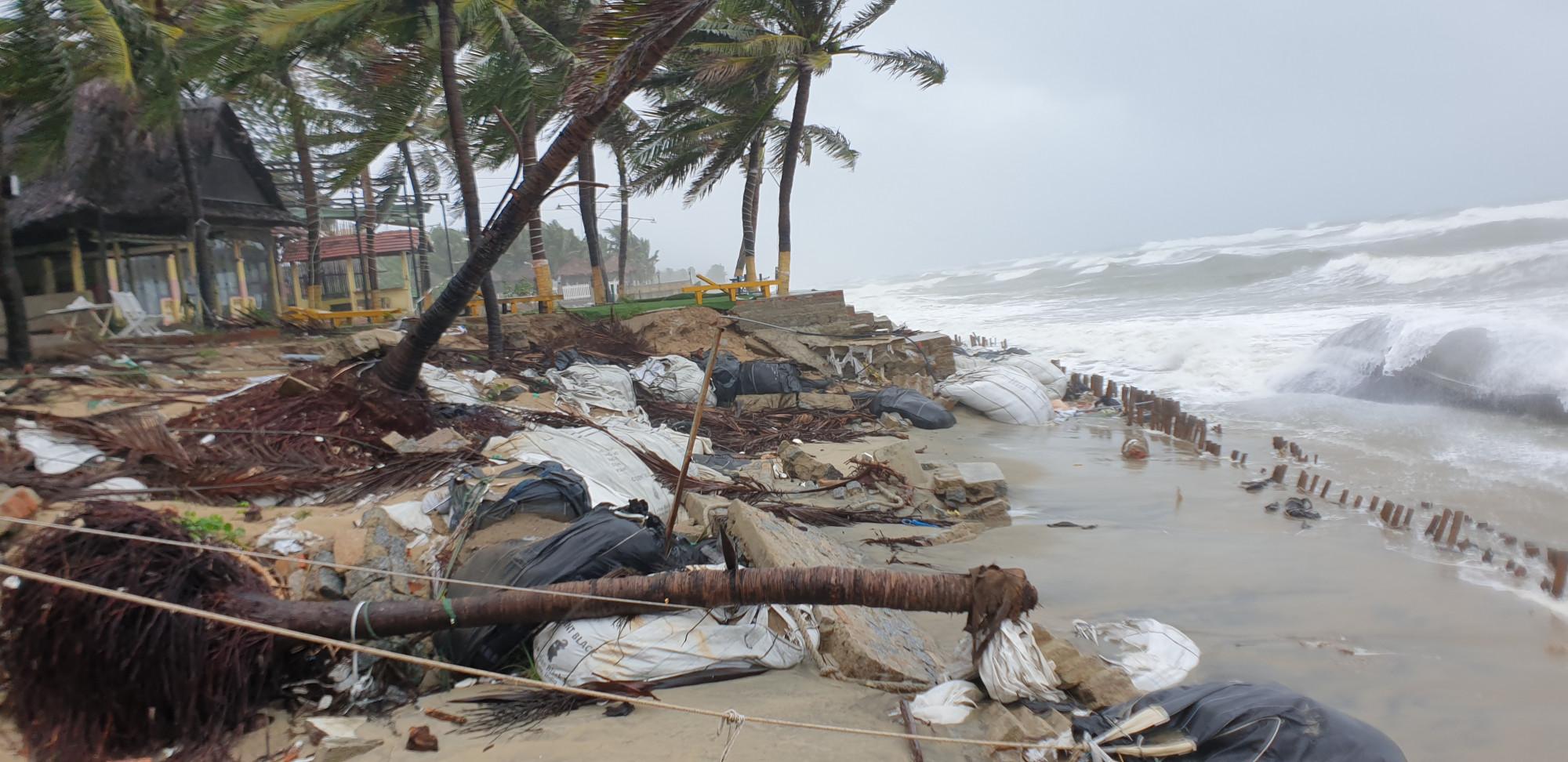 Những con sóng cao gần 2m liên tục vỗ vào bờ khiến đoạn kè bị vỡ vụn