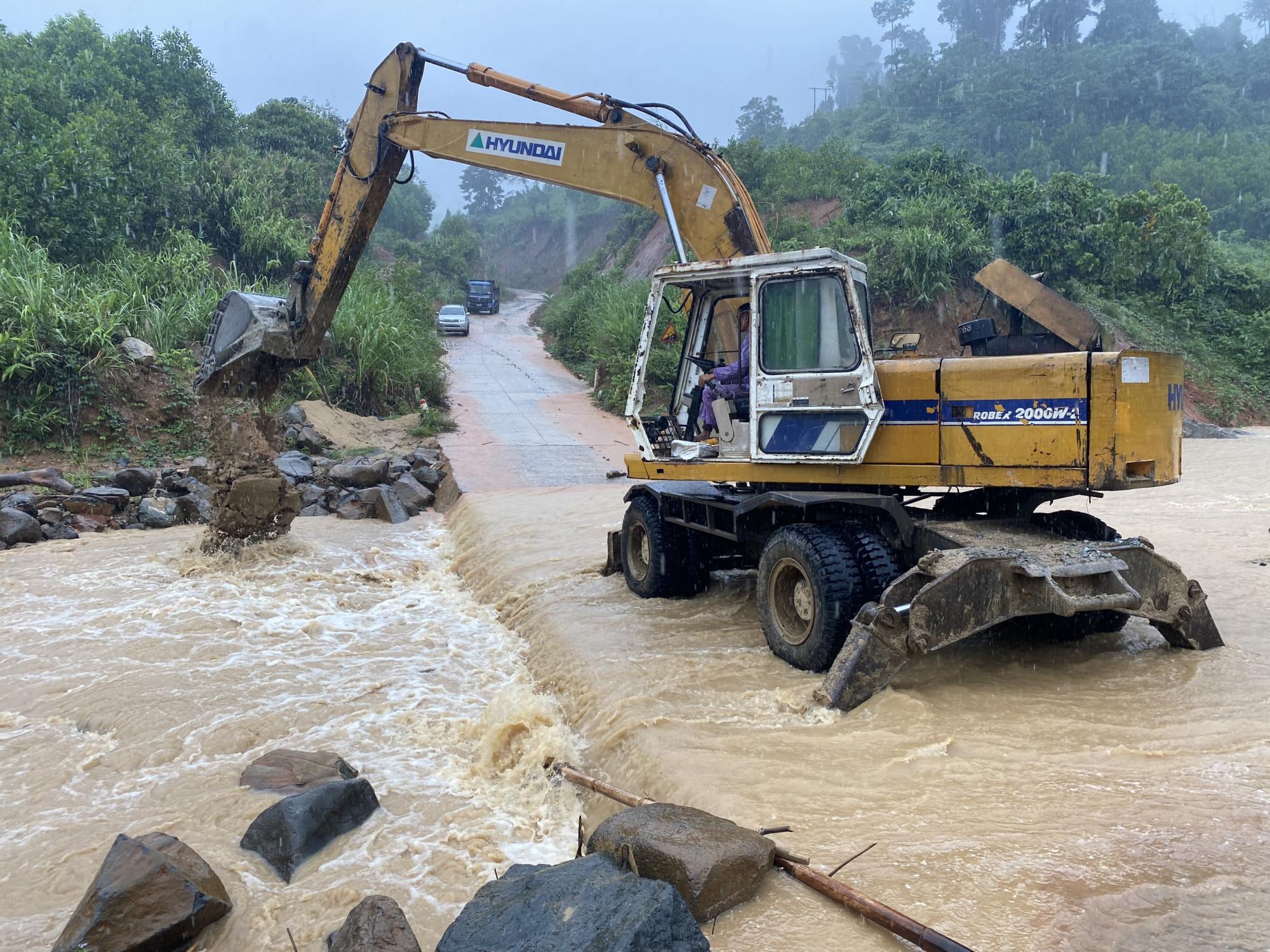 Hiện tại, huyện Phước Sơn đang di dời 260 hộ với gần 1000 nhân khẩu đến nơi an toàn để tránh trú. Các phương tiện cơ giới sẵn sàng thực hiện thông đường mỗi khi xảy ra sạt lở