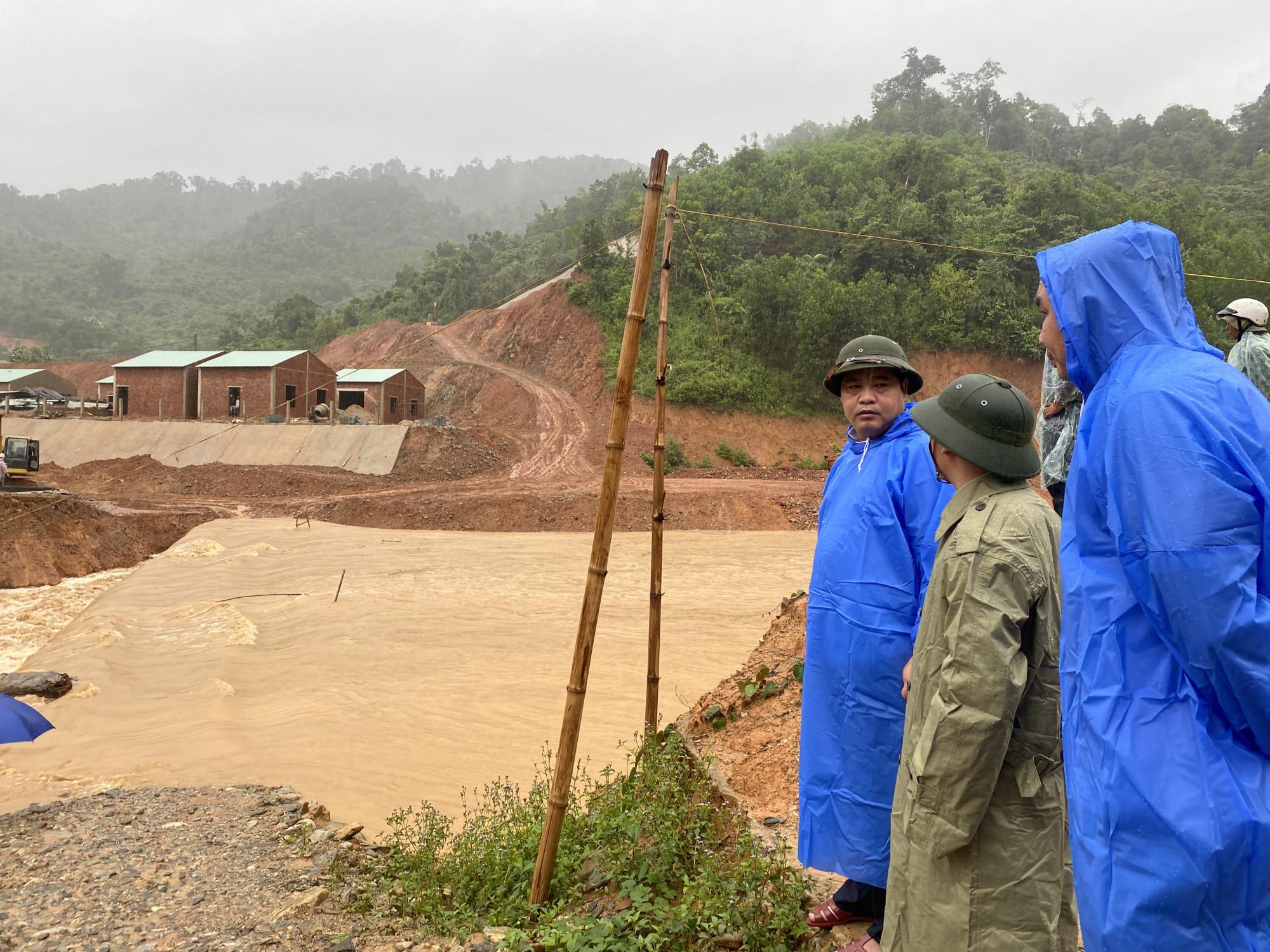 Ông Nguyễn Mạnh Hà - Trưởng ban Nội chính Tỉnh ủy Quảng Nam yêu cầu chính quyền huyện Phước Sơn khẩn trương di dời người dân đến nơi an toàn muộn nhất vào 16g ngày 11/9.